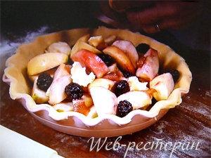Подготовленный яблочный пирог для выпечки
