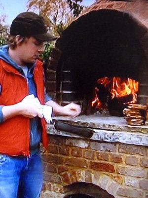 Джейми обжаривает хлеб для супа