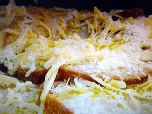 Верхний слой супа посыпать сыром