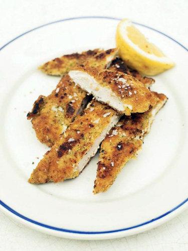 Жареная курица на сковородке с чесноком