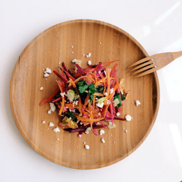 Над готовым салатом раскрошить сыр