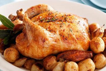 Подавать курицу с хрустящим картофелем
