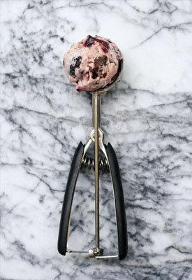 Подать вишневое мороженое сразу