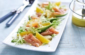 Салат с лососем и авокадо