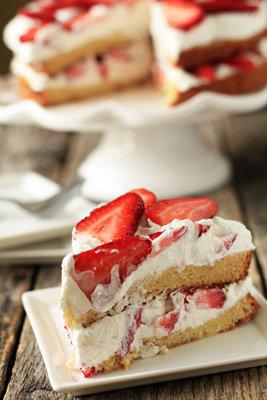 Такой торт с клубникой несложно приготовить