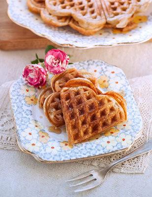 Вкусные вафли в вафельнице на завтрак