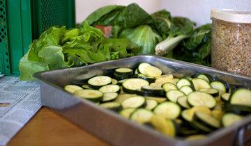 Овощи переложить в форму и сбрызнуть оливковым маслом