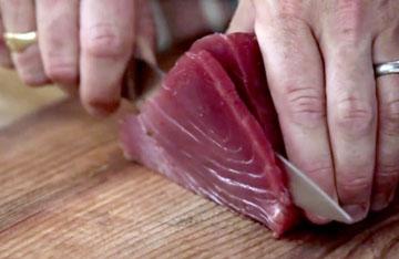Нарезать тонкие слайсы тунца