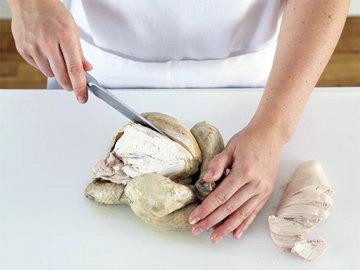 Мясо нарезать крупными ломтями