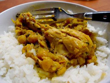 Подавать карри с  рисом