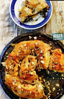 Готовый пирог смазать медом и посыпать смесью орехов и семечек