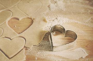 Формочкой побольше вырезать сердечки
