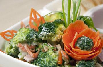 Салат хорошо подходит к мясу или рыбе