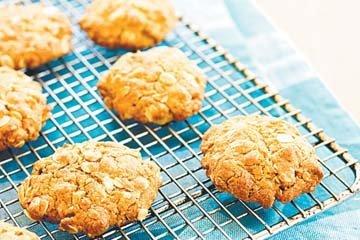 Готовые печенья остудить на решетке