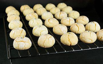 Печенье вместе с бумагой переместить на решетку и остудить