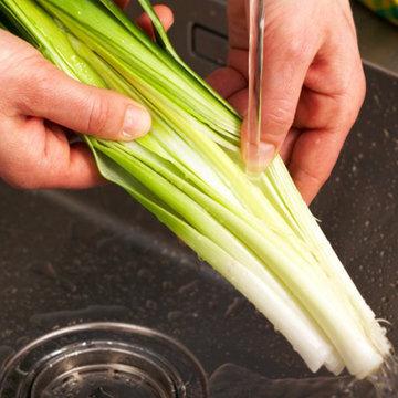 Помыть лук-порей