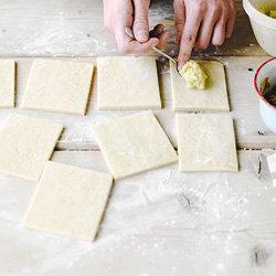 Нарезать тесто на квадраты