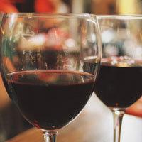 Влить говяжий бульон и вино