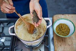 обжарить  горчицу, тмин и чечевицу