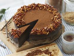 prostoj-shokoladnyj-tort-ukrasit-mozhno-po-svoemu-vkusu