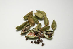 izvlech-semena-kardamona-iz-kapsul