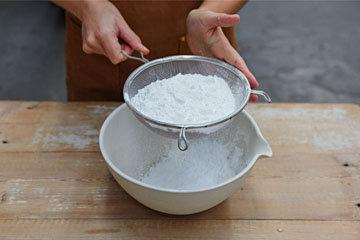 2. Просеять сахарную пудру