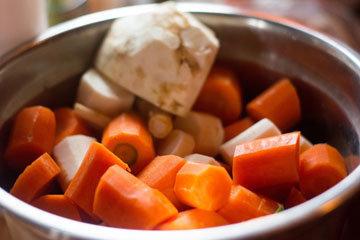 сельдерей, морковь и лук