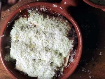 Посыпать блюдо пармезаном.