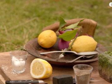 полить лимонным соком