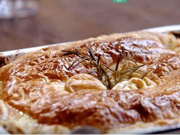 выпекаем пирог с курицей, грибами и травами