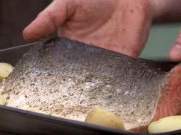 Между картофелем на дно формы положить рыбу