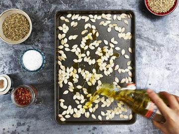 Сбрызнуть семена небольшим количеством оливкового масла