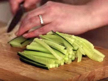 мелко нарезать лук, огурцы, помидоры и чили