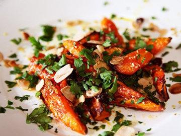 Запеченная морковь, обжаренная с кунжутом