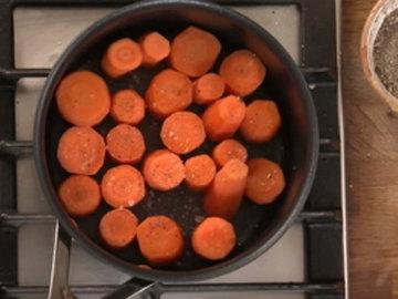 Приправить морковь