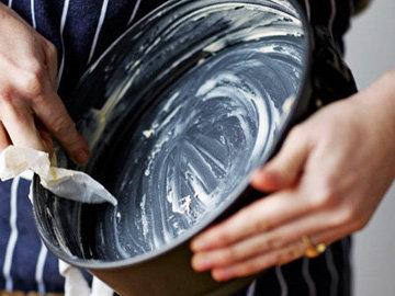 2. Смазать форму маслом