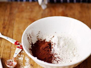 4. смешать муку, какао и разрыхлитель
