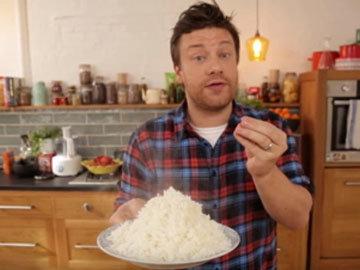 Вилкой распушить рис