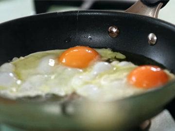 Разбить яйца и поджарить