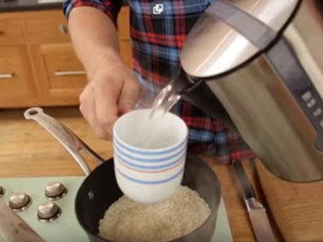 влить к рису 2 чашки кипятка
