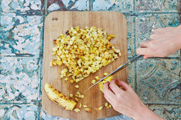 Мелко нарезать кусочки ананаса