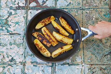Обжарить кусочки ананаса