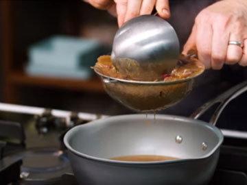 Процедить и приправить соус