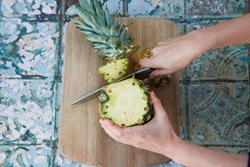 Срезать ананасовую кожуру