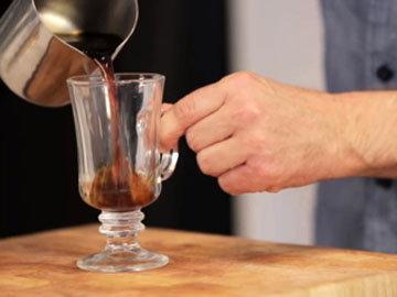 кофе влить в нагретую чашку