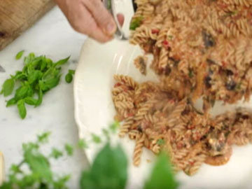 Разложить порционно в тарелки