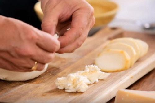 10. Сыр моцарелла порвать на кусочки