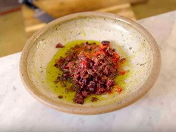 Приготовить пасту-соус из маслин 1