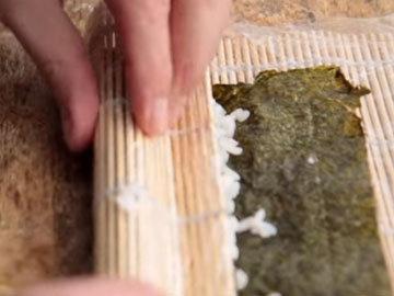 Завернуть коврик с суши