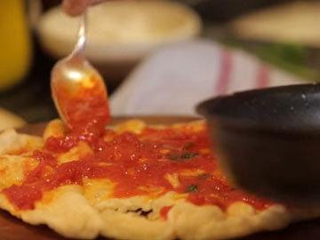 На пиццу намазать соус.
